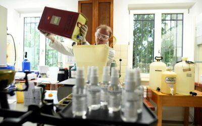 Las farmacias pasan a la acción contra el coronavirus y se lanzan a fabricar gel en sus laboratorios